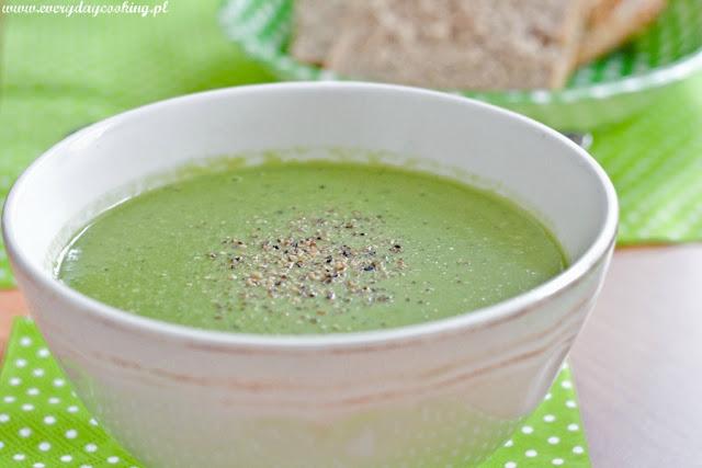 Zupa z zielonego groszku z pesto z bazylii