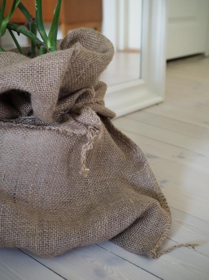 juuttisäkki sisustuksessa kasvit vihersisustaminen