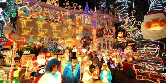 Welcomes Christmas, the House is Covered with 180,000 Lights