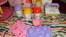 Hello Kitty toy play-doh cupcake toy set