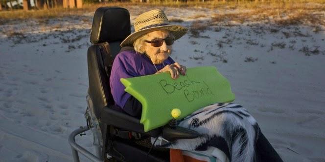 Keharuan Nenek 101 Tahun Pertama Kali ke Pantai