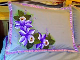 porta travesseiro com pintura de orquideas