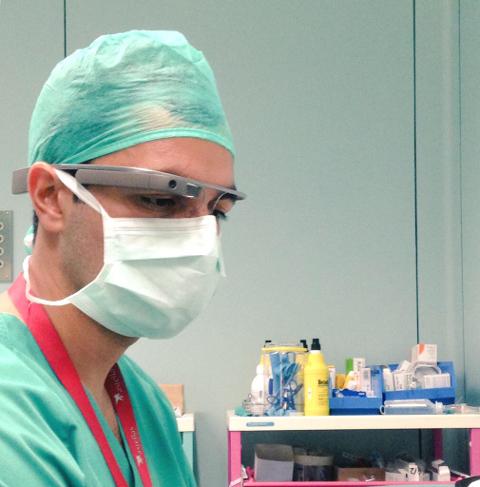 Urólogos de La Fe utilizan las Google Glass de forma piloto en intervenciones quirúrgicas