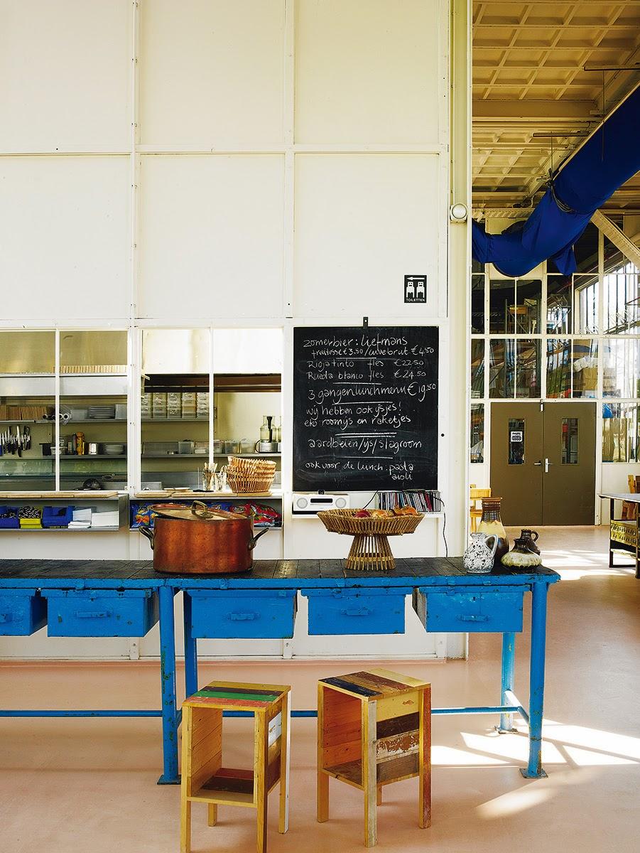 Piet Hein Eek und sein Sammelsurium alter Möbel, Leuchten und Fahrräder in seiner Werkstatt
