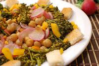 Salada Quente de Brócolis, Milho, Grão-de-Bico e Rabanete (vegana)