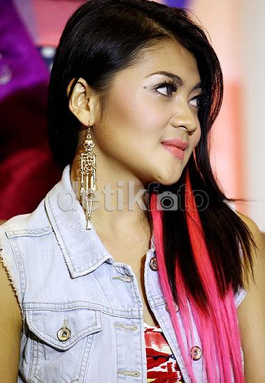 Penyanyi Indah Dewi Pertiwi tampil dengan gaya rambut barunya yang berwarna  pink dan hitam. Selain itu bcac85e321