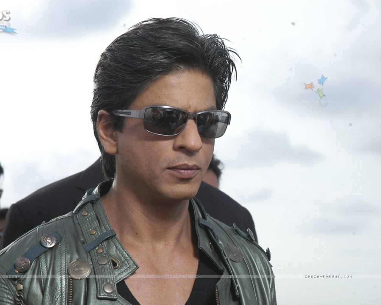 http://2.bp.blogspot.com/-z84na2lSbbs/TilyJk0jLtI/AAAAAAAAASk/e4ZVXggvZ0k/s1600/Shahrukh-Khan-Hot-Wallpapers-white.jpg