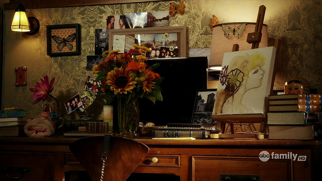 Here  you can see Aria s artwork and easel on her desk    right next a  stack of hefty books  of course  Simple materials and neutral colors   like  the linen. The Lovely Side  Aria s Room   Pretty Little Liars Decor