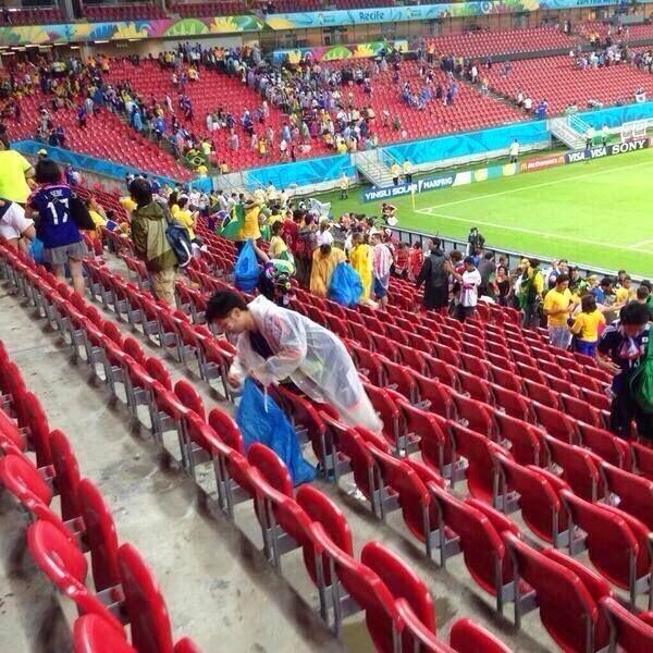 من يكون الرجل الذي يقوم بتنظيف مدارج كأس العالم بالبرازيل