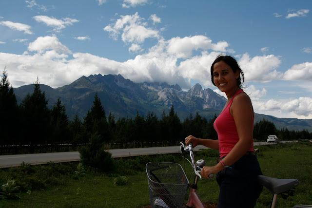 Paseo en bici hacia el Jade Dragon Snow Mountain.