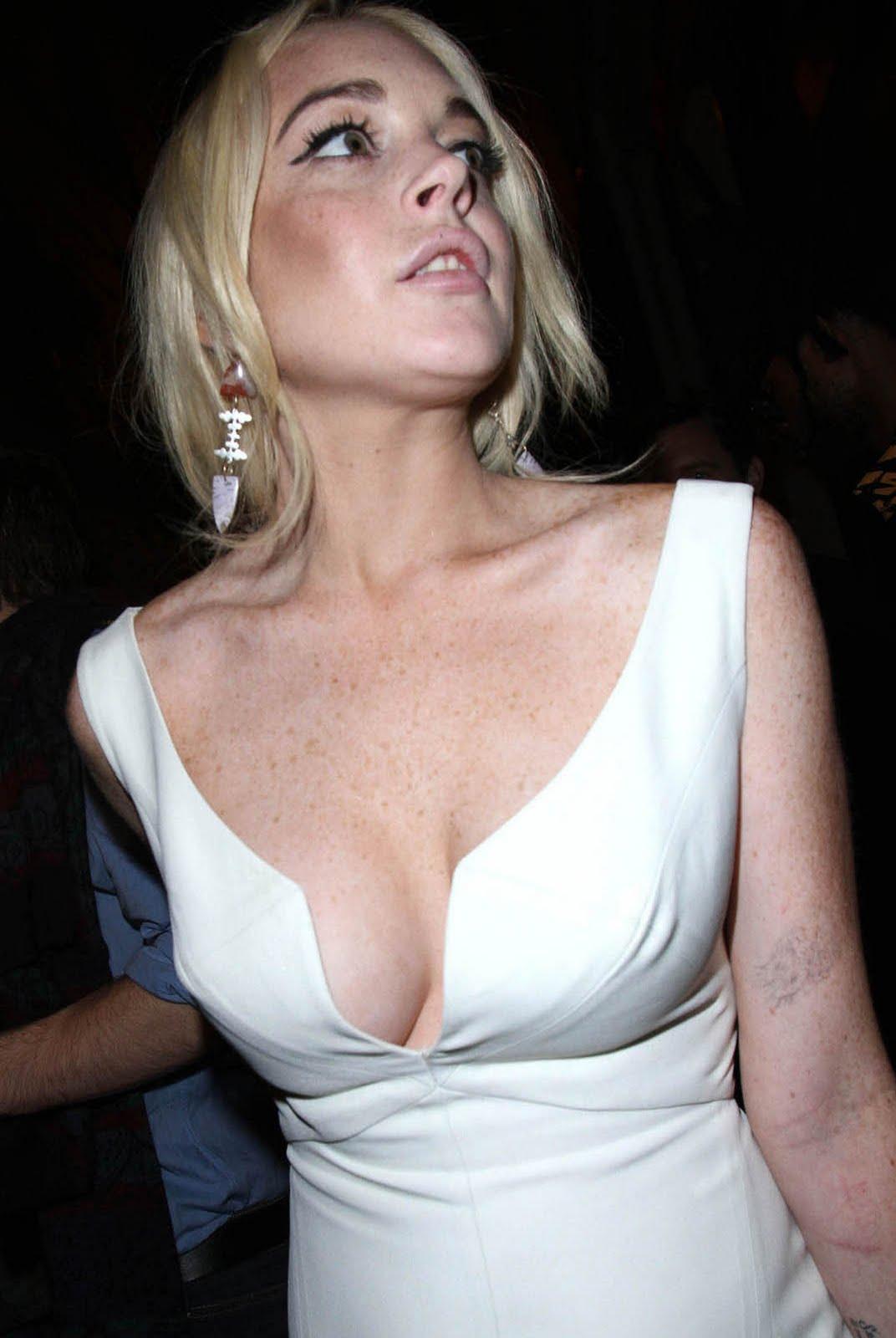 http://2.bp.blogspot.com/-zABX9eqYJ4M/Tontl2HbXdI/AAAAAAAAIWw/w-BTLFd55BM/s1600/lindsay_lohan_white_pop_cleavage.jpg