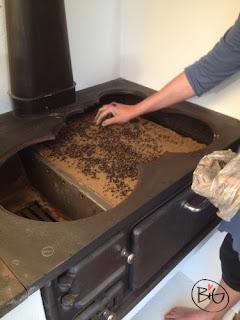 järnfilsspånen läggs på lerlagret på järspisens ugnstak