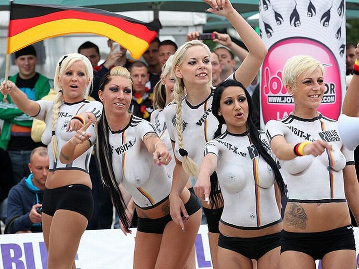 Фото жён футболистов топлесс 4 фотография