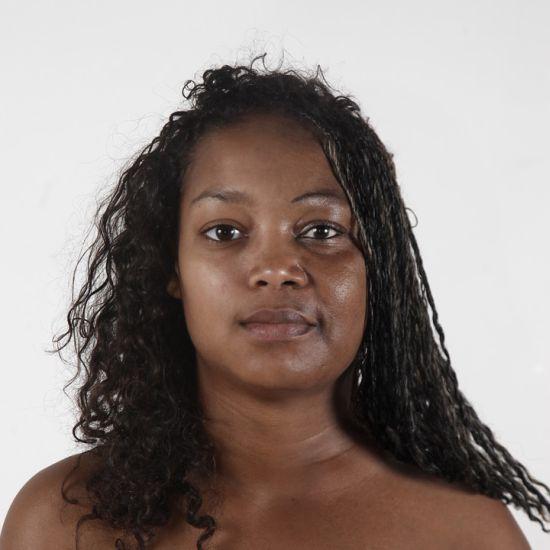 Ulric Collette fotografia surreal photoshop retratos genéticos família rostos misturados autorretratos Filha/mãe - Marie Pier (18 anos) e N'sira (49 anos)