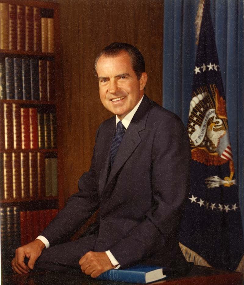richard m nixon Nixon blev den første amerikanske præsident nogensinde, der måtte gå af før tid det skete som følge af watergate-skandalen i 1974watergate drejede sig om aflytninger af det demokratiske partis hovedkontor, som havde til huse i watergate-bygningen i washington dc richard nixon valgte selv at trække sig tilbage, da han stod over.