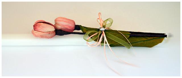 Χειροποίητη πασχαλινή λαμπάδα με ροζ λουλούδια, πράσινα φύλλα και κορδέλες