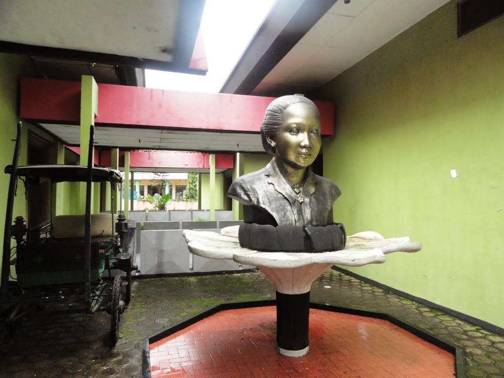 Patung RA. Kartini didepan pintu masuk museum, Jepara
