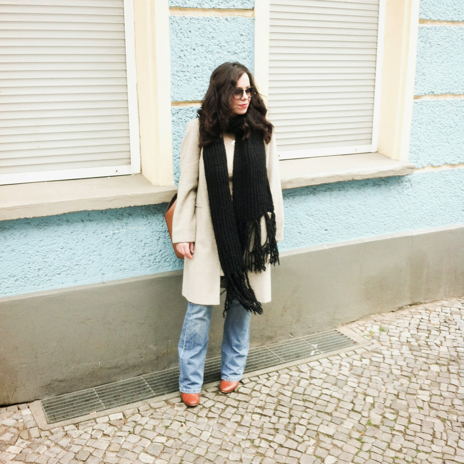 flare levi's jeans, denim, brown ankle boots Springfield, Zara brown bag, clean style, simple outfit ootd, fashion blogger, vintage nude coat