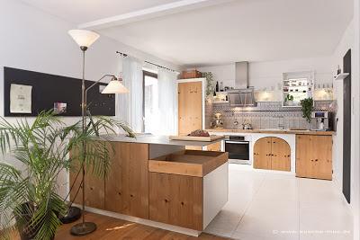 Die alte Küche im Hintergrund bekam neue Küchentüren - passend dazu wurde die Kücheninsel ergänzt - mit demselben Dekor für die Fronten