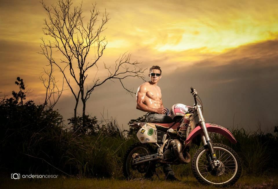 Cheio de charme, Jailton posa para campanha de uma ótica do Maranhão Foto: Anderson Cesar