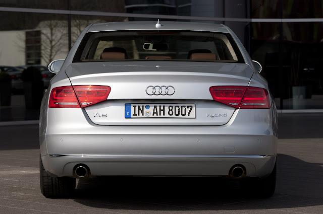 задний вид Audi A8 Hybrid 2012 года