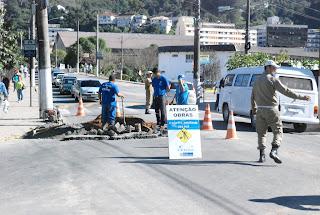 Guarda Municipal orienta o trânsito em trecho da Rua Tenente Luiz Meirelles, por conta da obra realizada pela Cedae