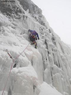 Guiasdelpicu.com Guias de montaña de picos de europa escalando en hielo en Tarna