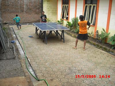 Anak main ping pong