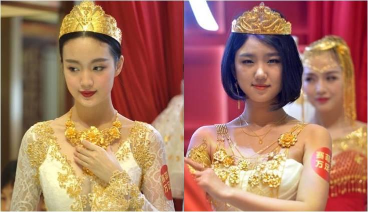 model cantik pakai gaun emas