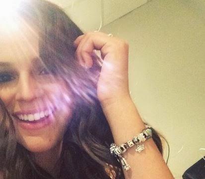 """Bruna Marquezine fez selfie na tarde desta quinta-feira, 18, mostrando suas bijus. """"Amo minhas pulseiras"""","""