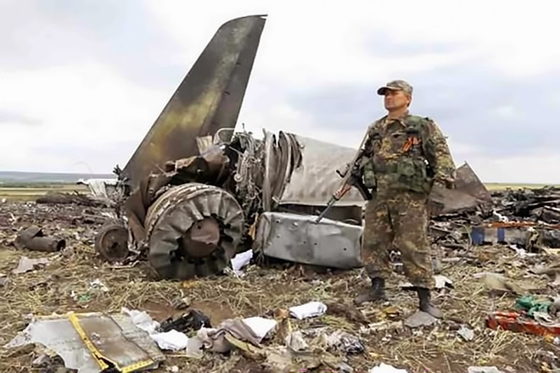 Террористы ДНР мародерствуют на месте аварии самолета, сбитого ими под Торезом и препятствуют международным наблюдателям