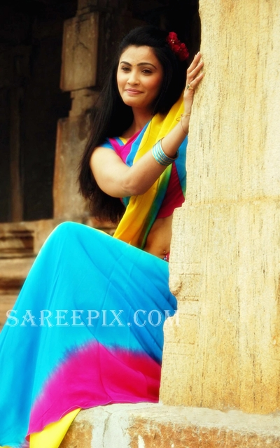 Gajendra_heroine_Daisy_shah_half_saree_stills