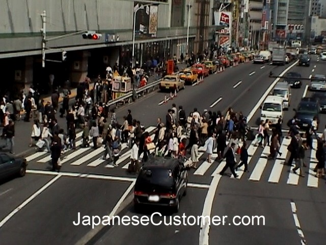 Japanese customers Tokyo Copyright Peter Hanami 2006
