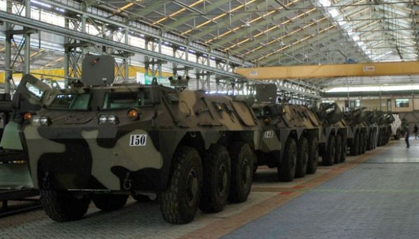 Jajaran panser Anoa 6x6 di bengkel perakitan PT Pindad