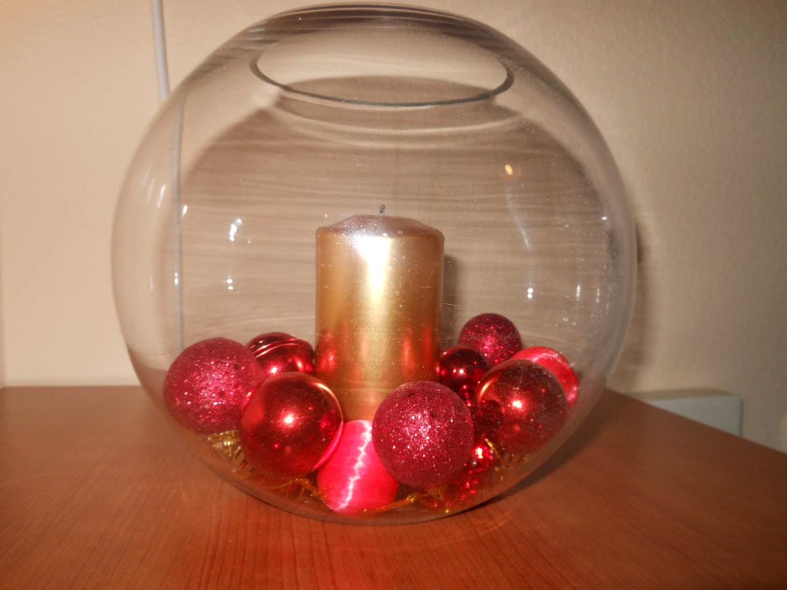 mesita con pecera : Pecera con bolas de navidad rojas y vela dorada al centro. Una ...