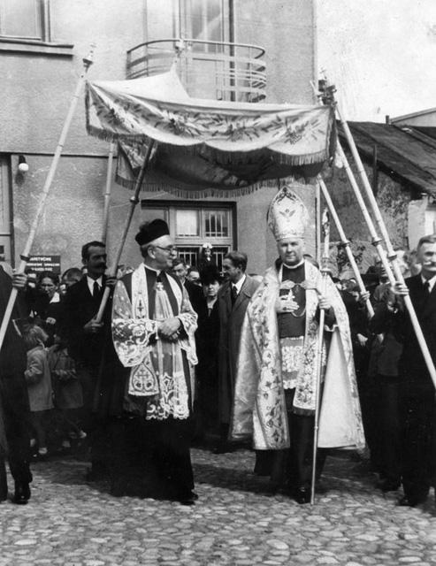 Końskie, uroczystości kościelne - w pobliżu Pomnika Wdzięczności - 10 (lub 11) września 1949. Bp Jan Kanty Lorek i ks. Antoni Ręczajski. Fotografia z kolekcji Marcina Brzezińskiego.
