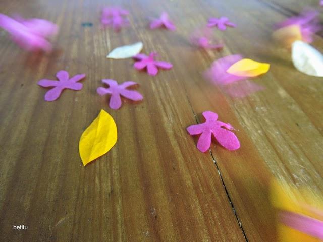 Llueven flores de papel y se las lleva el viento by betitu