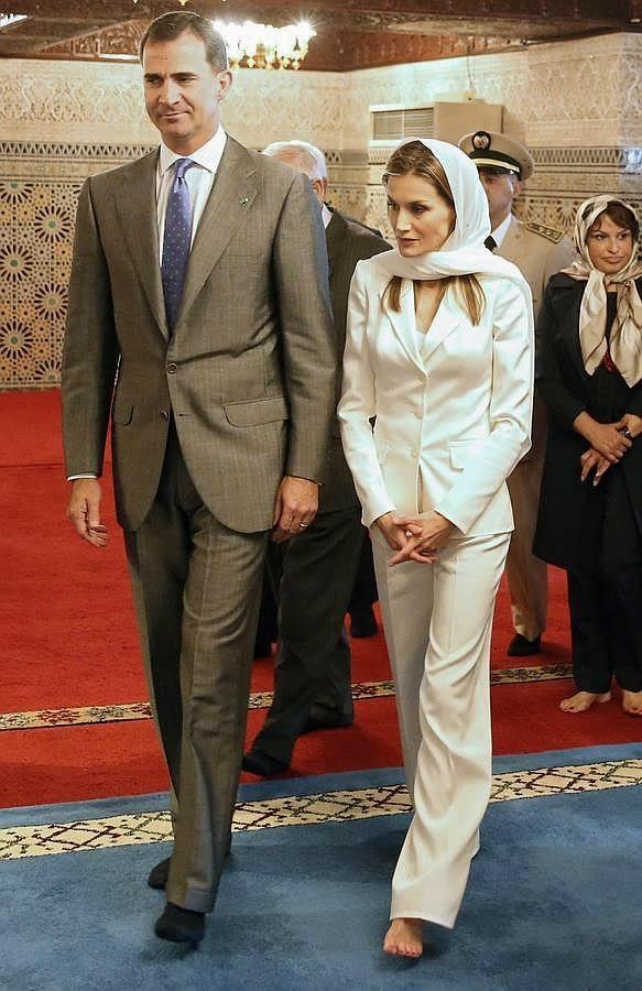 ¿Cuánto mide la Reina Letizia Ortiz? - Altura - Real height Reina-leticia-descalza-y-con-veo-sigue-tradiciones-marruecos