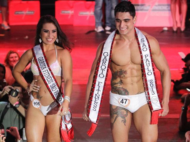 Diogo Franca e Nathália Thomazetti, o Garoto e Garota Fitness São Paulo 2013, desfilam para o público. Foto: Fernando Donasci/UOL