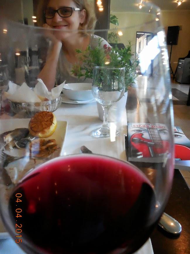 viata vazut printr-un pahar de vin rosu