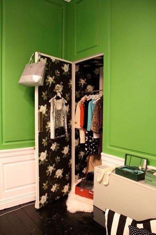 tro quần áo lên cửa tủ