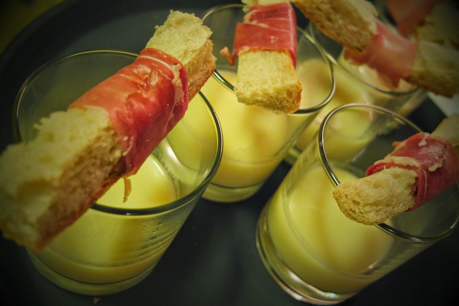 soupe la mani re d 39 une fondue au fromage. Black Bedroom Furniture Sets. Home Design Ideas