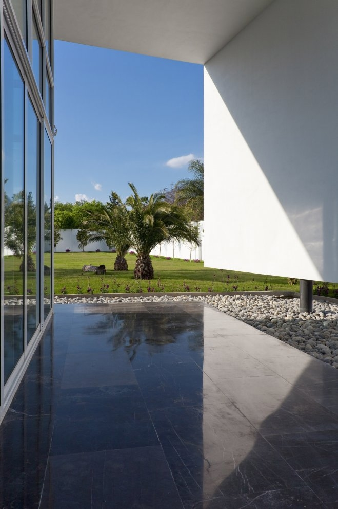 Backyard of Beautiful white house by 7xa Taller de Arquitectura