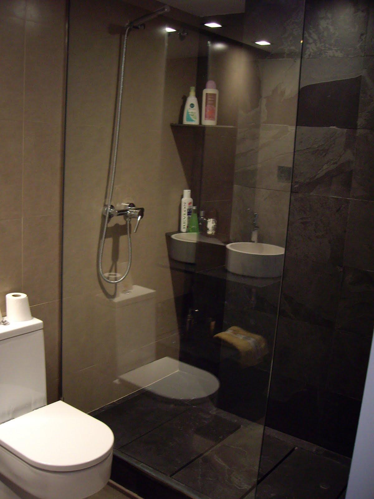Baños Con Ducha Negra:Ducha de obra en baño de dormitorio principal con suelo de piezas de