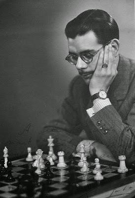 El ajedrecista Antonio Medina frente al tablero