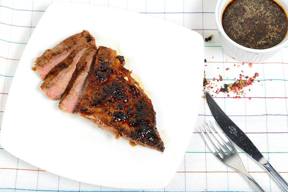 Stek z glazurą Jack Daniel's podany do stołu