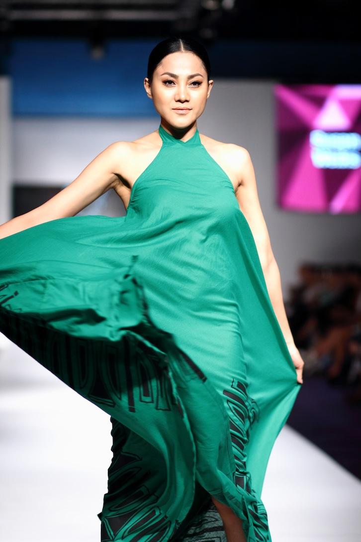 Look - Bloggers fashion present runway mbffs video