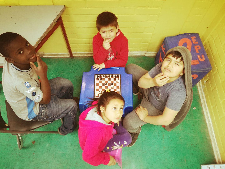 Niños de Población Parinacota juegan Ajedrez en la Ludoteca del Centro Comunitario de la Población.