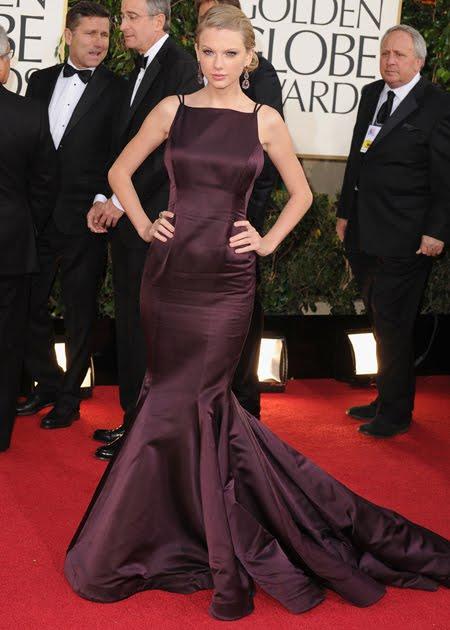 Тейлър Суифт в лъскава тъмнолилава рокля на Donna Karan