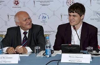 L'arbitre en chef Andrzej Filipowicz, et le n°1 au Elo Magnus Carlsen